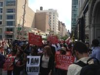 Буквально вчера стартовала забастовка работников сферы быстрого питания в США, охватившая на данный момент уже 7 городов (Канзас, Сен-Луис, Нью-Йорк, Детроит, Чикаго и т.д.). Забастовка является крупнейшей в этой сфере и хотя носит откровенно экономический характер, в тоже время ставит перед собой ряд задач организационного плана.