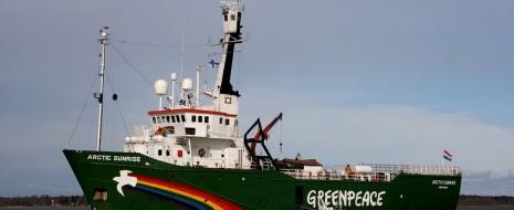 """Как известно, активистов организации Greenpeace обвинили в пиратстве. Тем не менее, не кто иной, как нынешний президент взял да и в какой-то момент обмолвился о том, что мол статья за пиратство несколько чрезмерна. Реакции со стороны ни следователей, ни прокураторы на эти """"замечания"""" не последовали, что безусловно говорило о том, что это была работа на публику. Другое дело, что как бы это ни показалось странным - в словах бывшего выпускника юрфака была своя доля правды, но кроме неё есть и более серьёзные основания присмотреться к тому, что произошло и как реагировала на событие российская власть."""