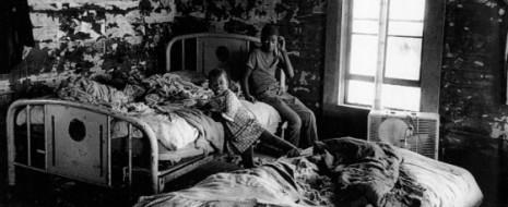 В конце 40-х годов социальные психологи Кенне Кларк и Мэйми Кларк (Clark, Clark, 1947) провели ставший классическим экперимент, в результате которого обнаружили, что негритянские дети уже в возрасте 3-х лет знали, что чёрным быть в этой стране плохо. В эксперименте детям на выбор предлагали играть с чёрной или белой куклой. Большинство детей не захотели играть с чёрной куклой; они «думали», что белая кукла симпатичней и в целом лучше чёрной.
