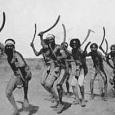 Аборигены считали территориальные границы раз и навсегда данными и неизменными. А одной из функций межобщинных сборищ было подтверждение прав отдельных общин на свои стоянки и промысловые угодья, которые, помимо всего прочего, обосновались апелляцией к мифологическому и религиозному опыту. Поэтому, подчеркивает Берндт, защита или завоевание территории не представляли сколько-нибудь важной проблемы для аборигенов (Berndt, 1978. Р. 159). Это, разумеется, не означает, что там вовсе не было конфликтов из-за ресурсов. Однако такие конфликты случались не часто (Шнирельман, 1982а. С. 87) и решались, как правило, путем мирных переговоров. Так, испытывая перебои с питанием, аборигены валараи (Новый Южный Уэльс) попросили соседей разрешения использовать их земли. Те ответили отказом, и это привело к обострению взаимоотношений и угрозе вооруженного столкновения. Соперники начали подготовку к войне и договорились о времени, месте и числе участвующих воинов. Но в назначенный день они выставили лишь по одному воину, что было обычным знаком обоюдного желания урегулировать спорный вопрос мирным путем.