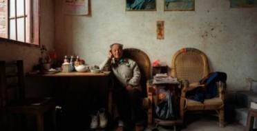"""Китайские блоггеры устроили бурную дискуссию в Интернете после предложения профессора пекинского профессора Университета Цинхуа поднять пенсионный возраст в КНР. На неосторожного ученого полился поток угроз, оскорблений и проклятий. """"У вас и впрям нет совести, на языке одни гадости, а сердце холодное, как камень"""", написал один из шэньянских блоггеров (пров. Ляонин) на портале Sohu.com, согласно данным China Smack (сайту, который переводит на английский язык китайский интернет-контент). """"Мое возмущение таким вздорным предложением по пенсионному возрасту не знает границ!"""", - пишет другой автор из провинции Цзянси. """"Университет Цинхуа на самом деле всего лишь зловонная кучка мусорных профессоров"""", - такую запись сделал пользователь из провинции Гуандун, намекая на Ян Яньсю, директора института занятости и социального обеспечения университета Цинхуа, автора идеи."""