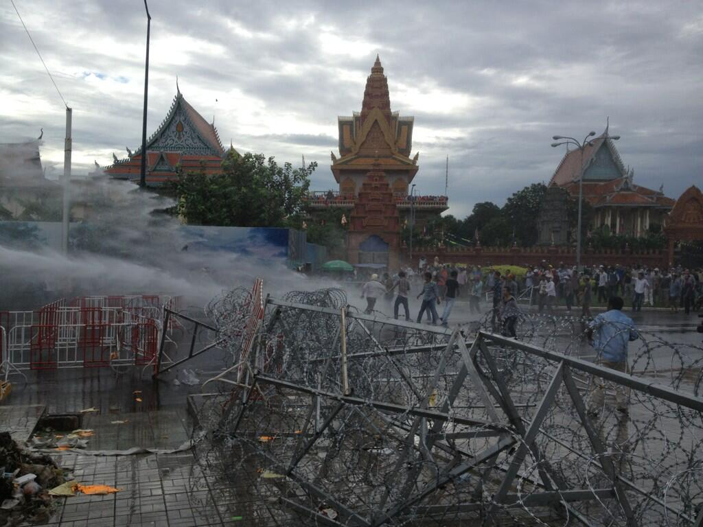 Разгон полицией протестантов в Пном Пене. На переднем плане баррикады построенные протестантами