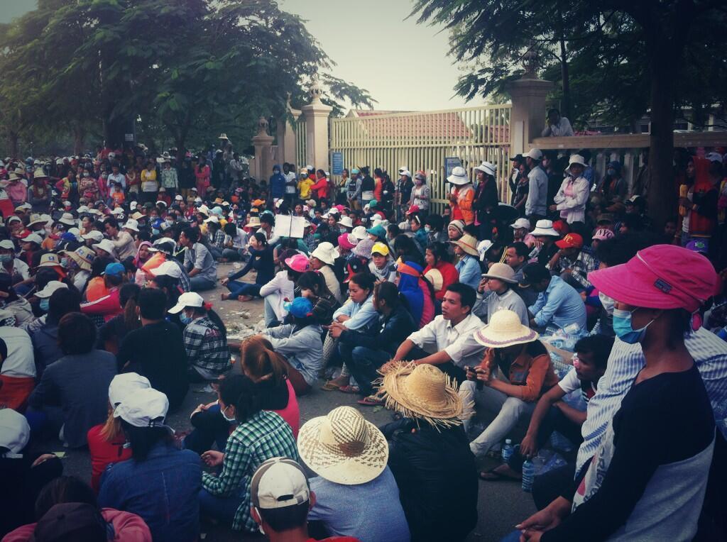 Бастующие рабочие сидят рядом с министерством труда