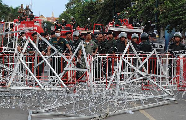 """Полиция (riot police) """"огораживается"""" во время протестов 16 сентября из-за результатов выборов"""