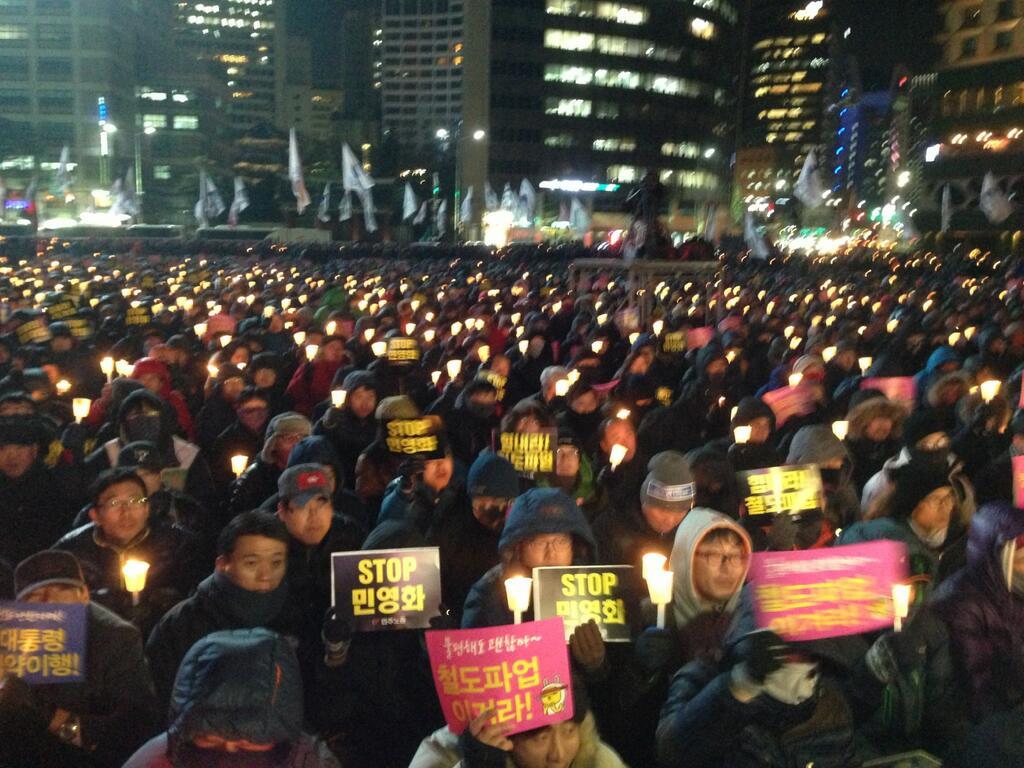 Сторонники корейских забастовщиков несколькими днями ранее на площади