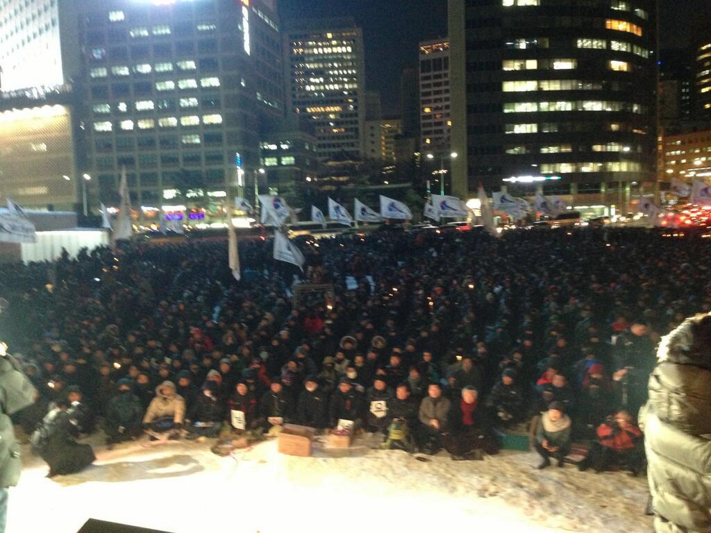Сторонники корейских забастовщиков несколькими днями ранее на площади (вид с другого ракурса)