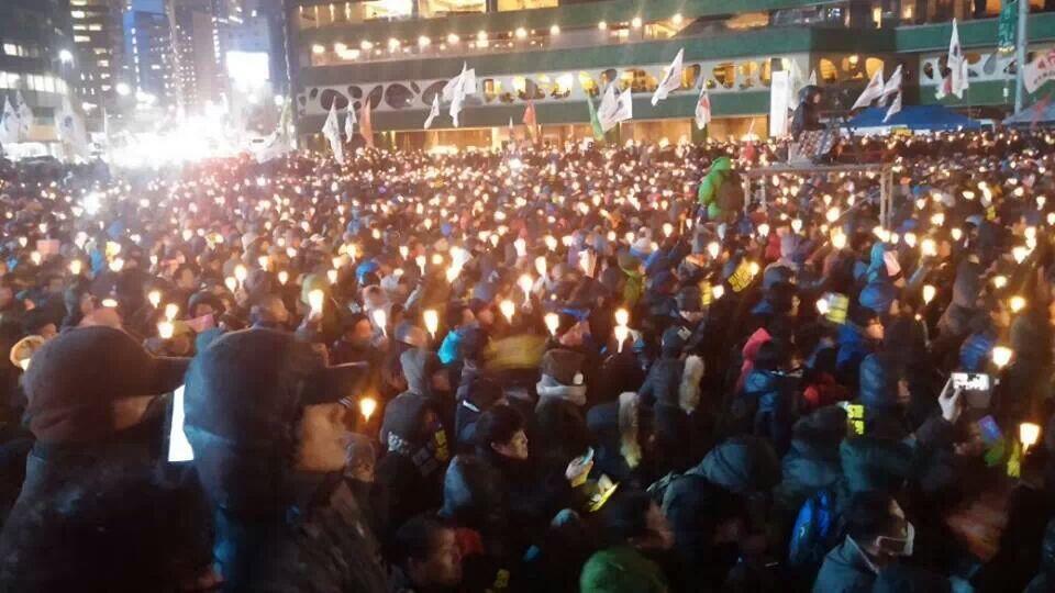 """Протестанты на площади в Сеуле, во время """"протеста со свечами"""""""