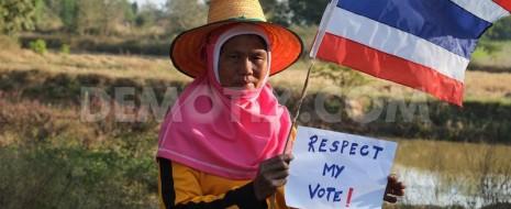 После того, как уже бывший премьер-министр Таиланда распустила парламент, чтобы не провоцировать очередной политический кризис, были назначены внеочередные парламентские выборы.