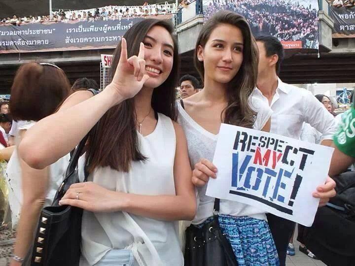 Политическая манифестация на стадионе на переднем плане участницы компании #RespectMyVoice