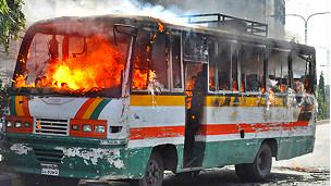 Автобус сожженный во время протестов