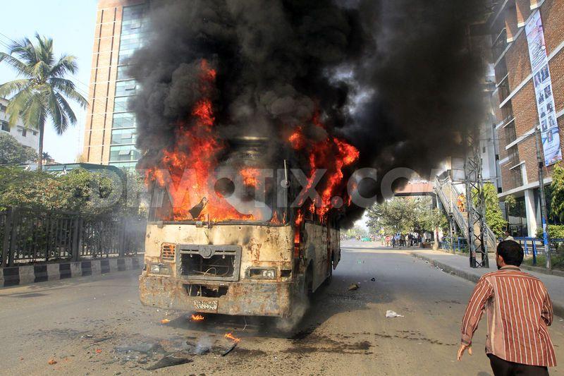 """Активисты Jamaat-e-Islami и их студенческого объединения Islami Chhatra Shibir рядом с сожженными автобусами во время 72-х часовой блокады во время анти-правительственных выступлений """"исламских"""" правых"""
