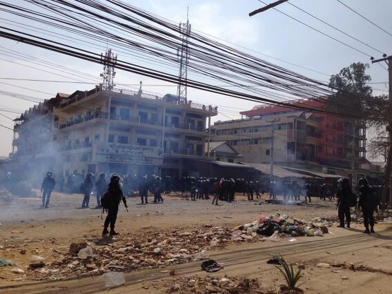Полиция заняла улицу Veng Sreng, на которой и происходили одни из самых ожесточенных столкновений в этот день 3-го января
