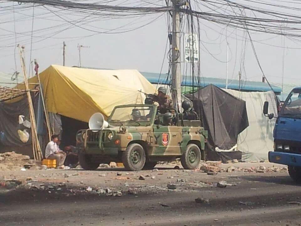 Военный джип патрулирующий трущобы, в которых живут рабочие