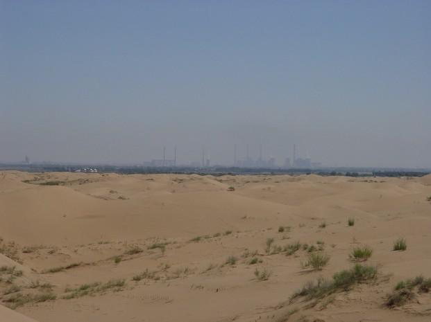 Пустыня Ордос. Видны посадки, которые в дальнейшем станут защитным поясом