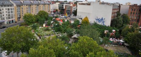 Города – растущие системы. Можно выделить две группы факторов, управляющих их развитием. С одной стороны, это рост населения, приток его в город, с другой – рост потребности в площадях для разнообразных городских функций...