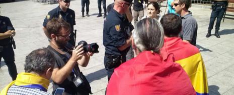 Источники в полиции подтверждают, что установлены личности десятков человек, собравшихся в различных районах Мадрида. Помимо этого, задержана группа демонстрантов, пытавшихся пройти к маршруту следования новых короля и королевы.
