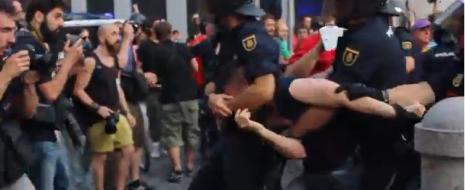 Полицейские установили личности десятков людей, били участников мирного протеста, многие из которых – пожилые, и задержали многих демонстрантов, включая политика Хорхе Верстринхе.