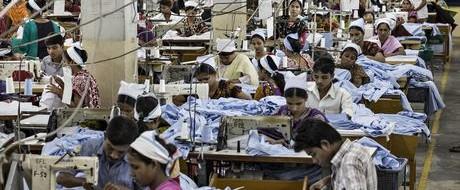Трагедия Рана Плаза, унесшая жизни более тысячи рабочих текстильной промышленности, среди которых было много женщин, продолжается до сих пор. Владельцы фабрик в Бангладеш требуют компенсаций за улучшение условий труда.