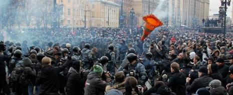 Описаны факторы, в силу которых в конкурентной среде и, шире, при капитализме, происходит группообразование с поддержанием взаимной ненависти между группами, с перспективой её усиления до открытого конфликта.