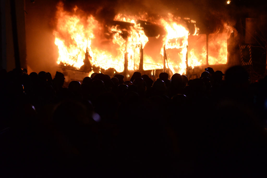 Police_bus_set_on_fire_by_rotesters._Euromaidan_Protests._Events_of_Jan_19,_2014