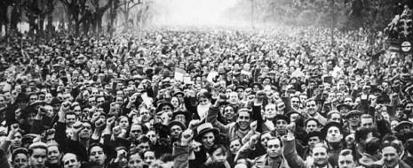 Кто-нибудь может представить, чтобы доктор Мануэль Асанья 14 апреля 1931 г. обратился бы с просьбой провести референдум к Альфонсу XIII? То, что невозможно представить ни в отношении него, ни в отношении любого другого политического или профсоюзного руководителя той эпохи, восемь десятилетий спустя превратилось в, общепринятое среди реформистов требование об изменении конституции, которое, продолжив опыт 39 лет «демократии», привело бы к «взятию власти народом» без какого-либо политического разрыва – от парламентской монархии 1978 к новой «республике всех трудящихся», которая бы освободила нас от «монархической двухпартийной системы», как заявил, введя ненаучные и абсурдные политические категории, Х.Л. Сентелья в своем обращении по поводу отречения короля.