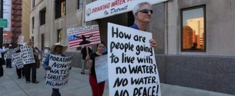 Билл и Хиллари Клинтон были по уши в 10 миллионном долге под конец правления Клинтона. Дональд Трамп получал финансовую помощь после четырёх банкротств. А жителей Детройта лишают основного права человека (на доступ к воде)...