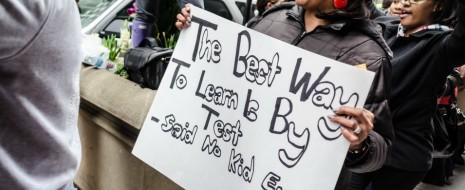В четверг группа учителей Сиэтла проводит митинг, чтобы осудить мероприятия по реформированию образования. Они говорят, что эти реформы — нападение на государственное образование, защита интересов корпораций и предоставление экзаменационным высоким ставкам преимущества перед настоящим обучением детей.