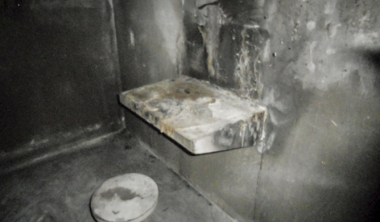 Фотографии из Исправительного учреждения Ист Миссисипи показывают следы пожара и крови на полу камер. https://www.aclu.org/prisoners-rights/tour-east-mississippi-correctional-facility