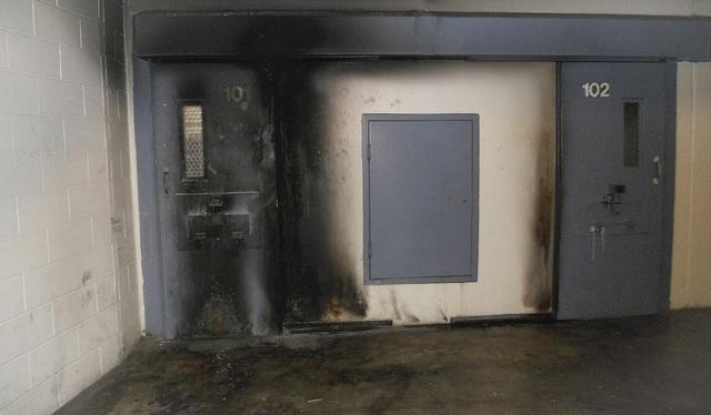 Иногда, заключённые Исправительного учреждения Ист Миссисипи поджигали небольшие пожары, чтобы привлечь внимание охранников.