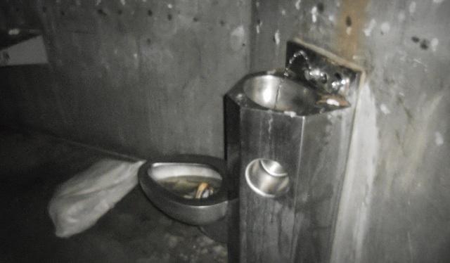 Заключённые рассказали, что унитазы постоянно переполнены и затопляют камеры.