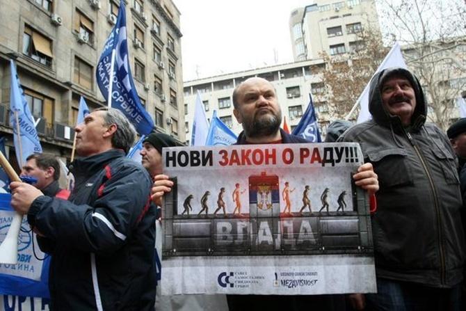 Фото: протестующие против нового ЗОТ сербские пикетчики - низовые профактивисты.