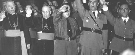 """Описано сотрудничество католической церкви с Гитлером, включая содействие в развязывании войны. Показано поразительное совпадение настроений церковного и нацистского руководства в отношении войны, воспринимаемой как """"долг"""" и """"доблесть"""", хотя характер..."""
