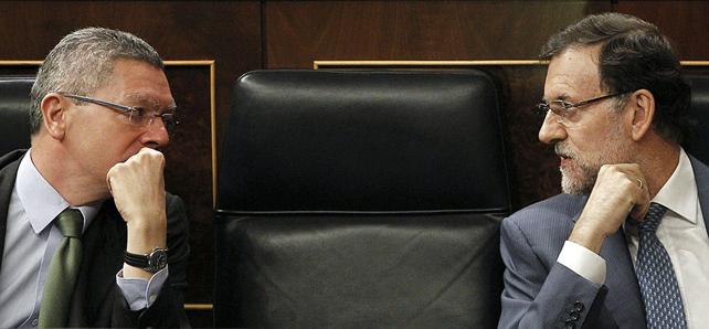 Ушедший в отставку министр юстиции Альберто Руис-Гальярдон беседует с Рахоем в Конгрессе
