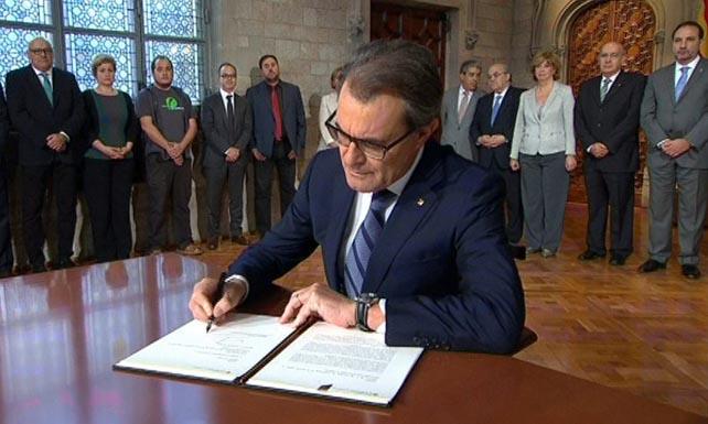 Президент Каталонии Артур Мас подписывает декрет о проведении референдума (EFE)