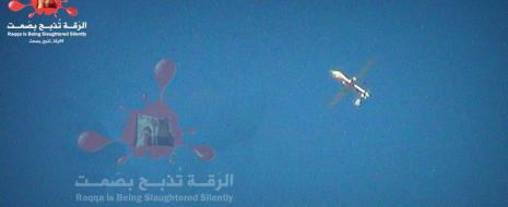 Один из молодых активистов движения RIBSS (Рака тихо убивается), документирующего разгул насилия по отношению к местным жителям со стороны анти-Асадовских, про-исламских экстремистов, в частности ИГИЛ, которые недавно захватили власть не только надо городом...