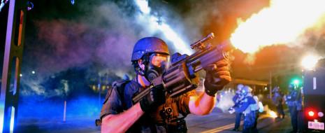 Слезоточивый газ, резиновые пули и дымовые гранаты, применяемые в Фергюсоне (Миссури), разжигают негодование по поводу милитаризации полиции в США. В ответ на шокирующие фотографии сенатор Миссури Клэр Маккаскилл (Claire McCaskill) заявила...