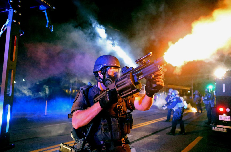 Слезоточивый газ, светошумовые гранаты, звуковые пушки – продажа этого вооружения обогащает олигархов