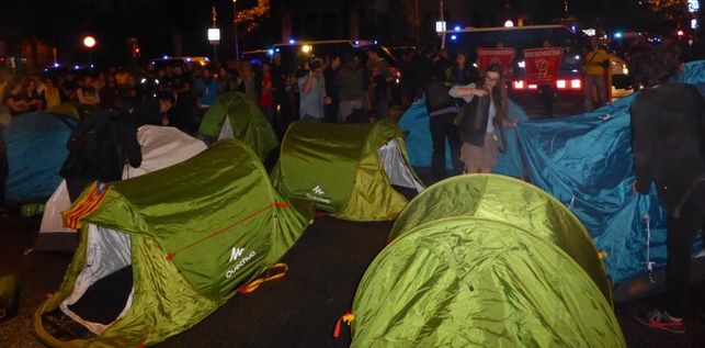 Попытка установить 14 палаток / Жоан Франса