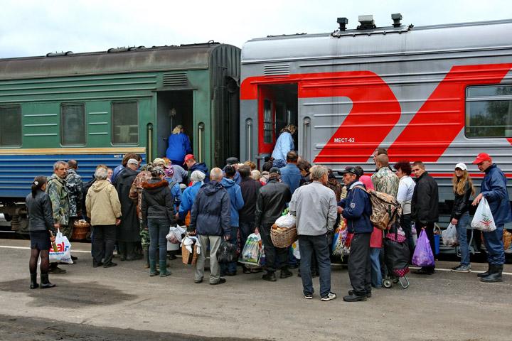 Пассажиры у пригородного поезда в Костромской области. Фото: ИТАР-ТАСС / Владимир Смирнов