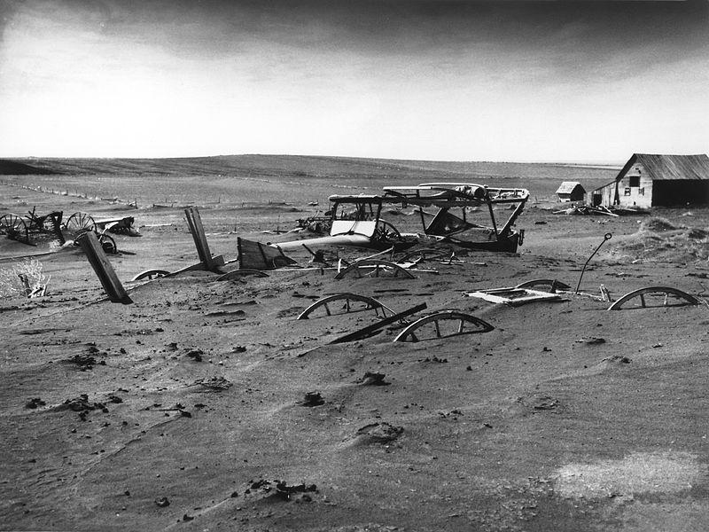 Техника, засыпанная пыльной бурей, Южная Дакота, 1936 год