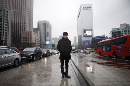 """""""Правозащитный активист"""" и перебежчик из КНДР Shin Dong-hyuk позирует фотографам после интервью, 16.02.15 в центре Сеула"""
