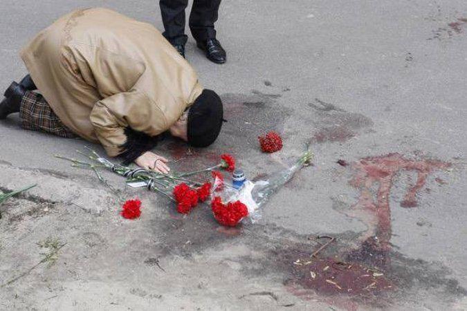 Мать Олеся Бузины на месте убийства сына