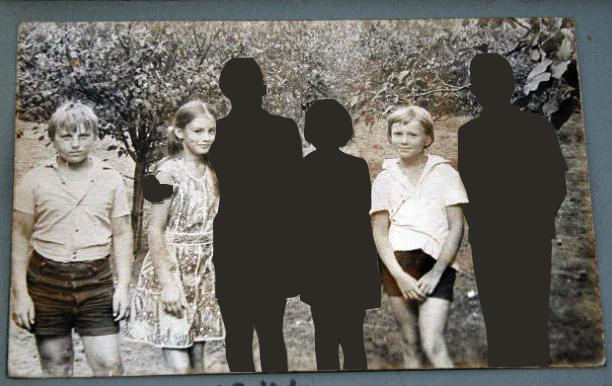 """""""...фотография одной из знакомых в """"Одноклассниках"""". Фото, как фото. На ней изображены типичные советские дети, но подпись к ней была следующего содержания: """"Наша улица.Я,Катька(спилась),Люда(повесилась),Толик(погиб),про Галю и Колю ничего не знаю"""".  Автор заменил погибших черными силуэтами"""