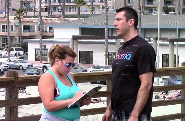 Марк Дайс просит подписать петицию на улице Сан-Диего. Кадр: Mark Dice / YouTube