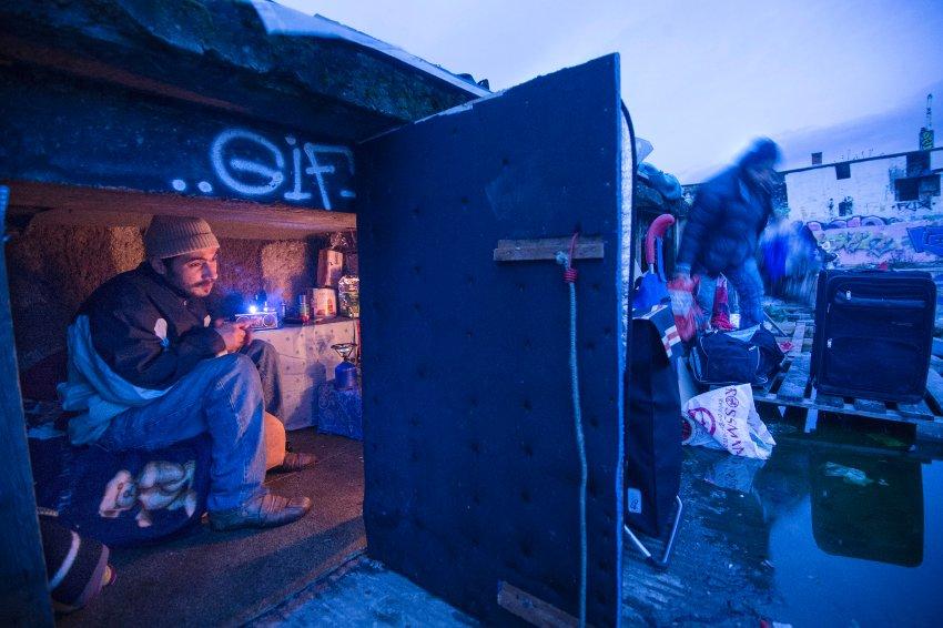 Obdachlose Rumänen leben auf einer Industriebrache in Frankfurt am Main
