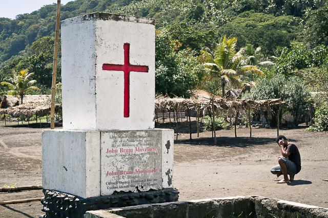 Карго-культ Джона Фрума на Вануату, существующий по сей день. Когда-то американский красный крест был одним из символов культа. Изначально он был деревянный. Теперь крест увековечен в камне, на могиле первого лидера культа.
