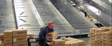 Успех Amazon покоится на эксплуатации работников и вторжении в частную жизнь покупателей.