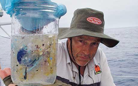 Чарльз Мур и образец воды из Большого тихоокеанского мусорного пятна.