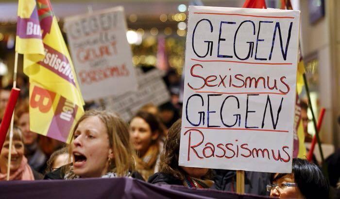 Женщины демонстрируют против сексизма и расизма
