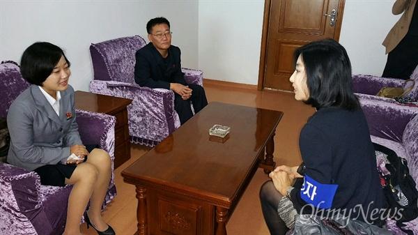 """Как представитель прессы с ними беседует Син Ын Ми (американская кореянка, автор книги """"Что я видела в Северной Корее"""". В январе 2015 г. была выслана из Южной Кореи за """"неправильное"""" освещение положения в КНДР)"""